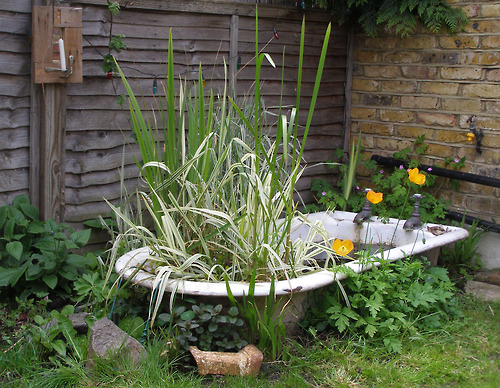 Bathtub planters ponds idea garden design bathtubs for Garden pool from bathtub
